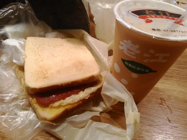 紅茶牛乳とトースト